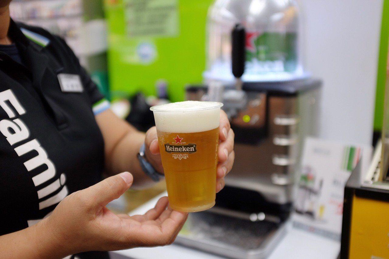 全家、海尼根合作開賣生啤酒,250ml原價75元,8月14日前特價59元。記者沈...