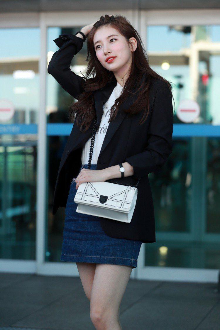 秀智穿黑色西裝羊毛外套12萬5,000元、白色棉T恤25,000元、DiorDi...