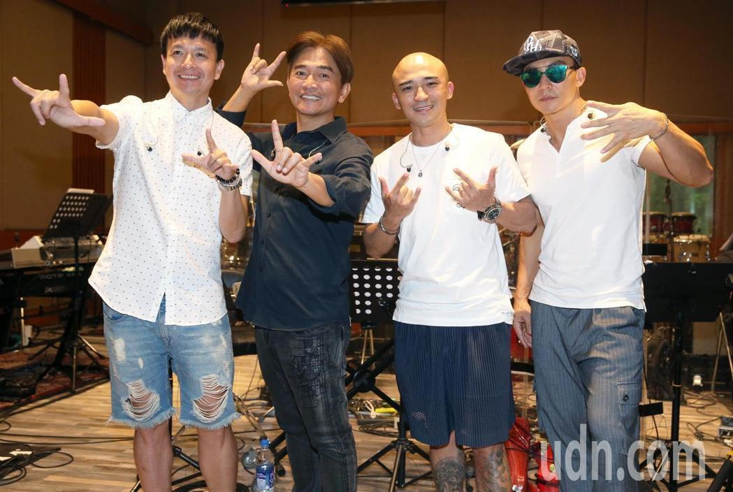 吳宗憲(左二)攻蛋開唱,找回小鐘(左起)、小馬、劉畊宏合體演出。記者胡經周/攝影