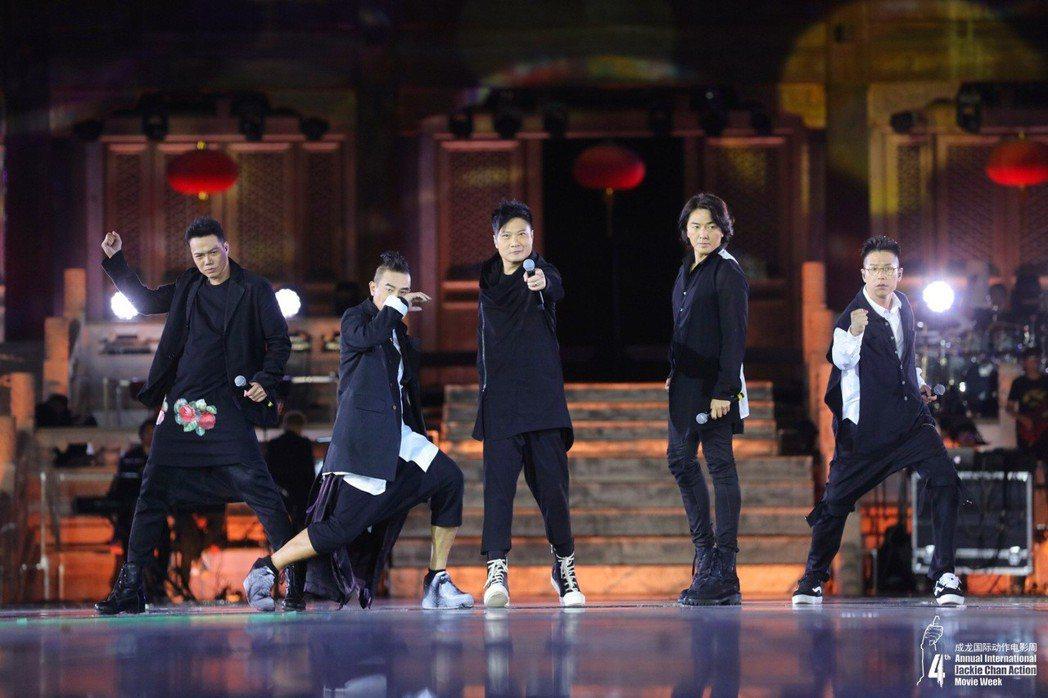 左起謝天華、陳小春、錢嘉樂、 鄭伊健、林曉峰在大陸集結為新片合唱。圖/寬魚國際股