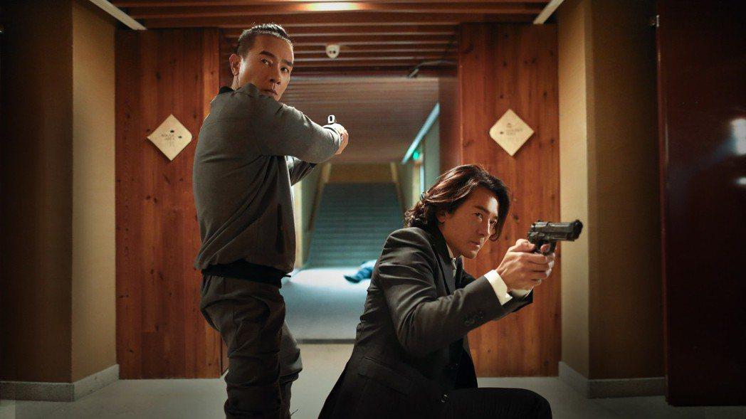 左起陳小春、 鄭伊健合演電影「黃金兄弟」。圖/寬魚國際股份有限公司提供