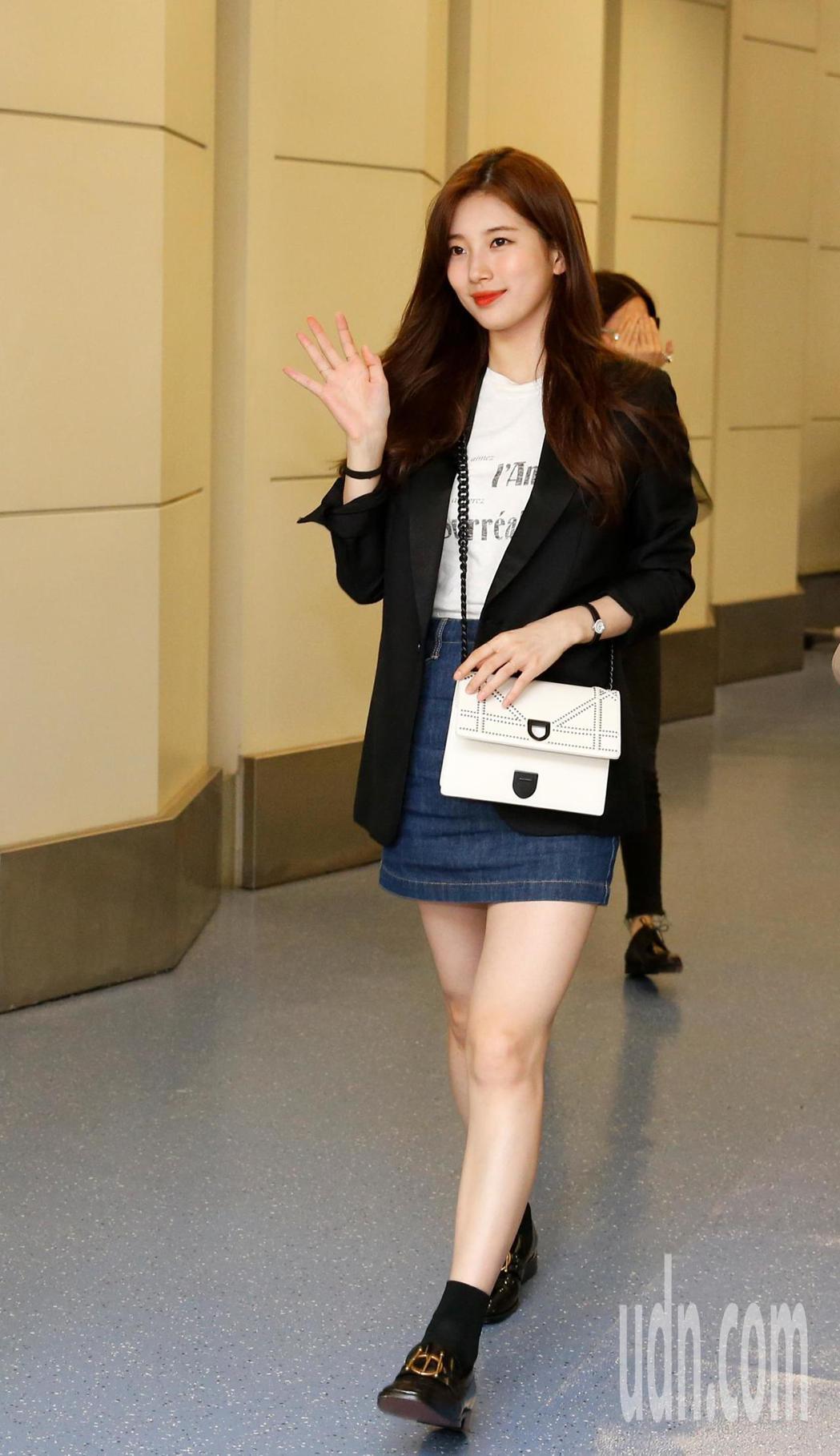 南韓女星秀智晚上搭機抵台,雖然才結束戀情,但秀智還是展露親切笑容並揮手致意。記者...