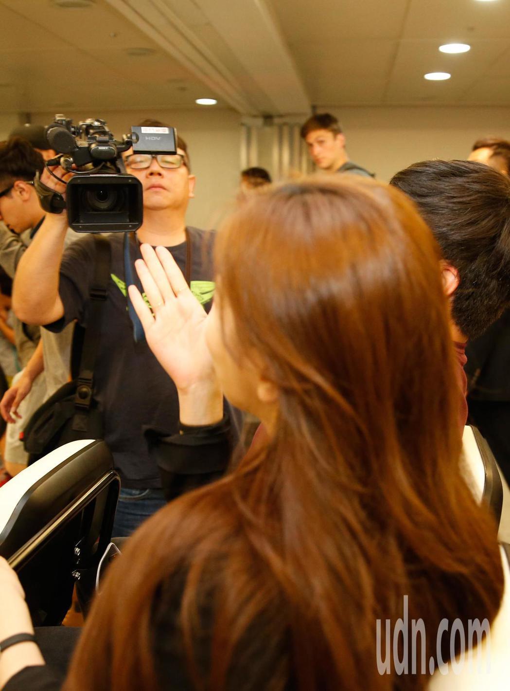 南韓女星秀智晚上搭機抵台,她搭車離去時,還向採訪的電子媒體作出飛吻,迷倒現場的粉...