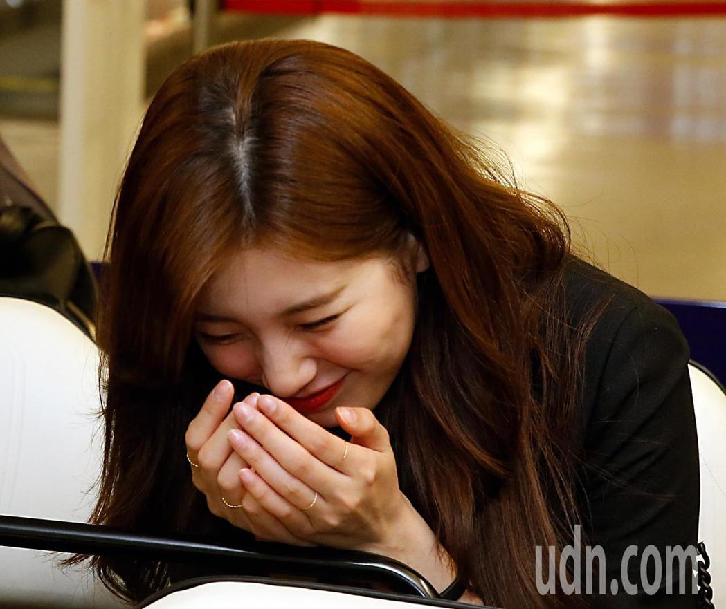 南韓女星秀智晚上搭機抵台,雖然才結束戀情,但秀智還是展露親切笑容。記者鄭超文/攝...