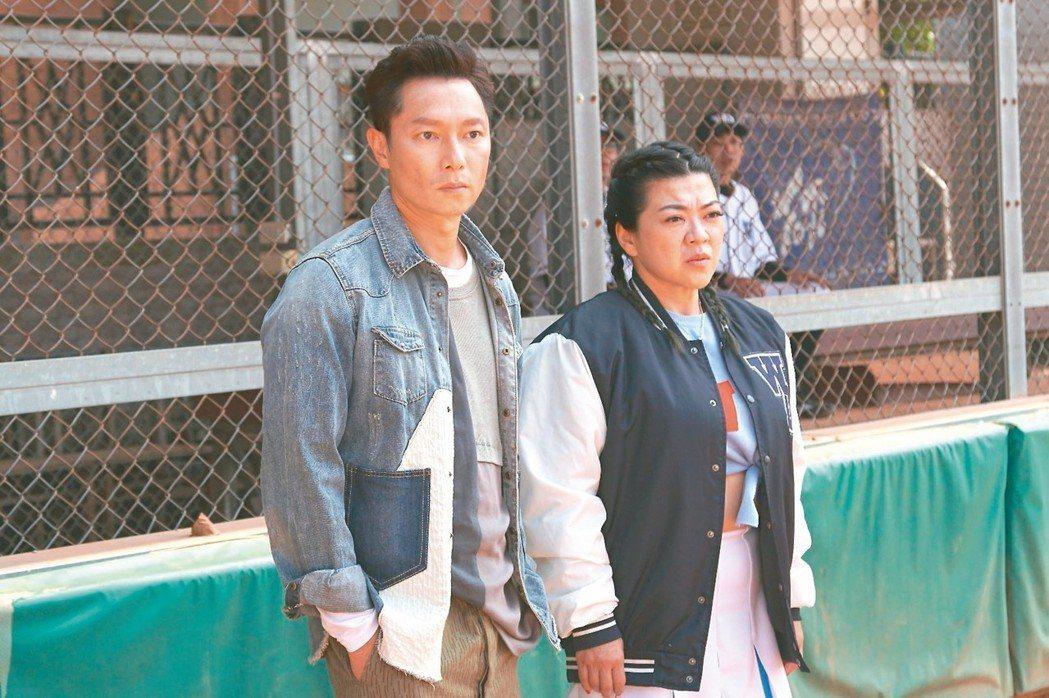 謝祖武(左)和杜詩梅在電影「王牌教師麻辣出擊」再度合體。 圖/奧瑪優勢提供