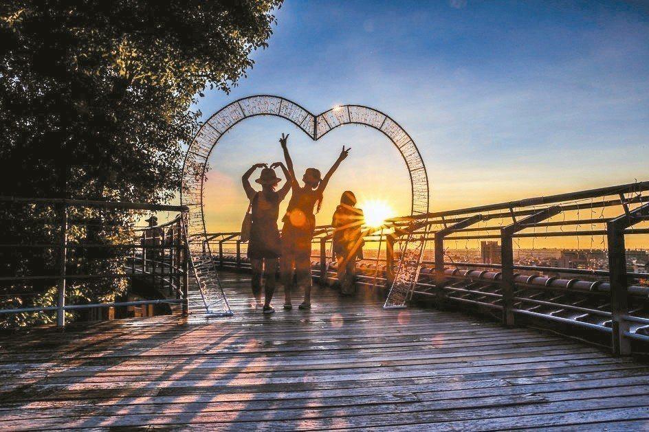 彰化八卦山大佛九龍池觀景平台,欣賞夕照,還可以俯瞰彰化平原。 圖/彰化市公所提供