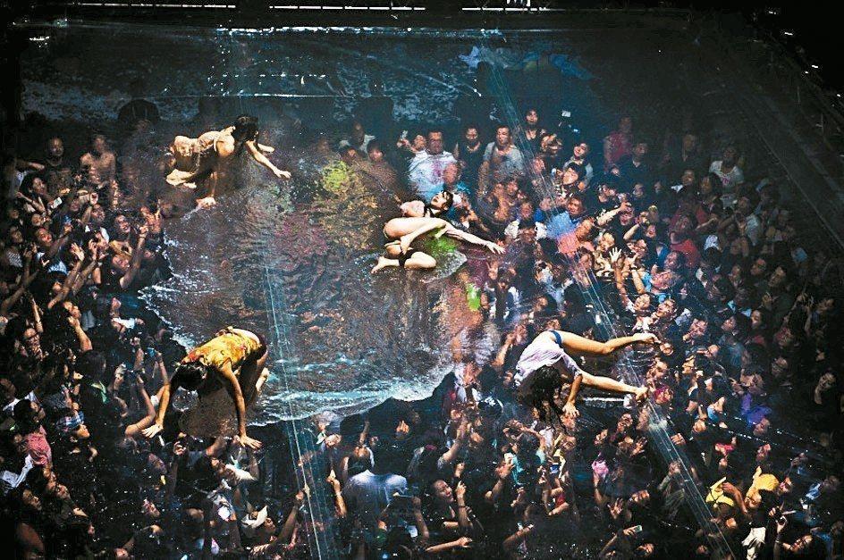 「極限震撼+」經典橋段〈Mylar:天空泳池—膜拜吧,水中女神! 〉,超大空中泳...