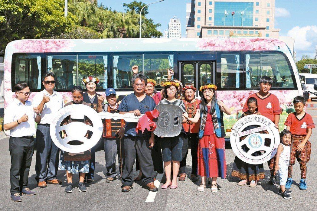 台東縣南迴健康促進關懷服務協會昨天在凱道為全新彩繪巴士舉行發車儀式。 記者林伯東...