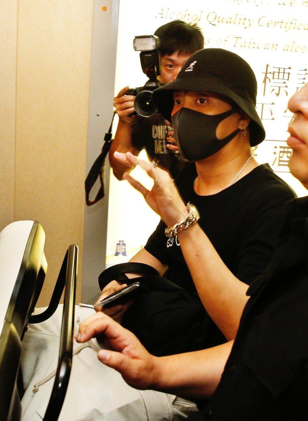 「水晶男孩」隊長殷志源傍晚搭機抵台,他上車離去前向粉絲們揮手致意。記者鄭超文/攝...
