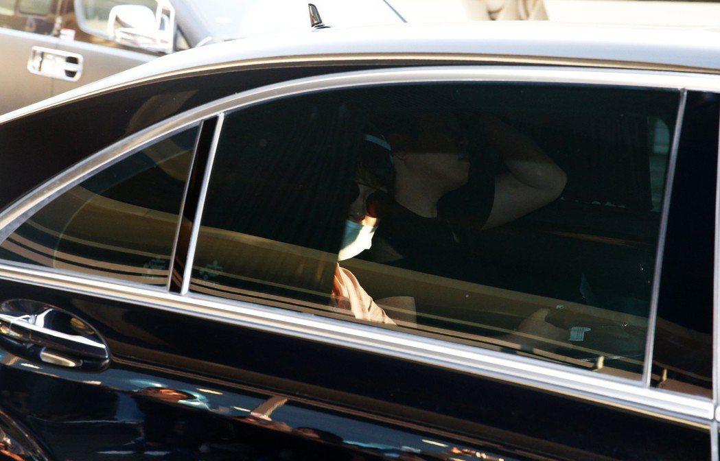 韓星朴有天傍晚搭機抵台,他始終不發一語,搭車後也面無表情。記者鄭超文/攝影