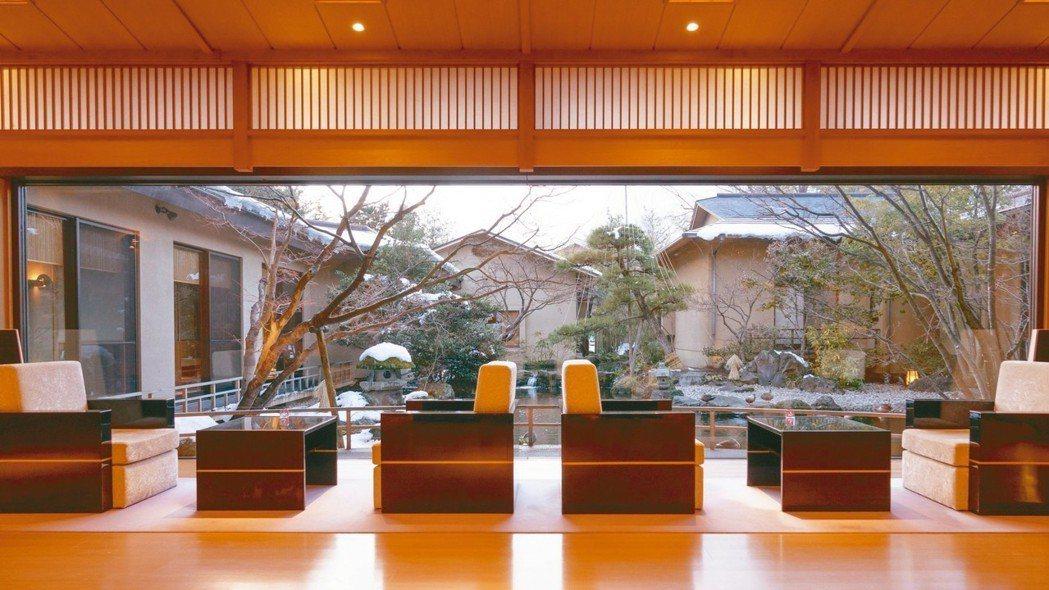 御宿Kawasemi的大廳氣氛五感兼具,窗外的庭園四季皆美。 圖/梁旅珠