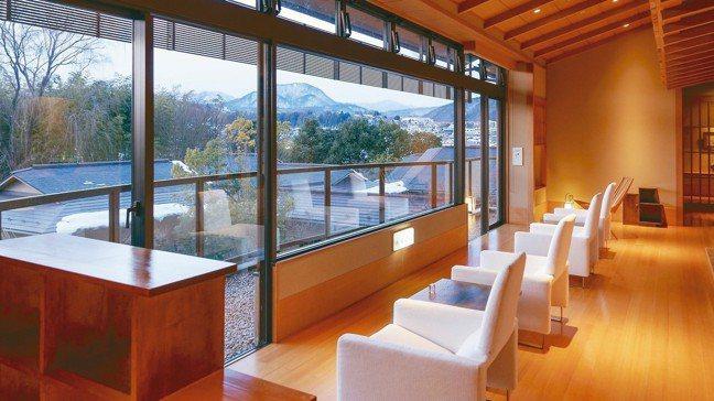 從御宿Kawasemi的二樓休憩區也可以眺望庭園景致。 圖/梁旅珠
