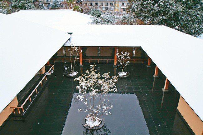 別邸音信難得一見的雪景。冷白積雪與墨黑的景觀池,互相映襯出如水墨畫般的夢幻畫面。...