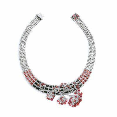 Les mondes de樱之漫歌項鍊,取日本櫻花、窗櫺裝飾,並融合珍珠串鍊概念...