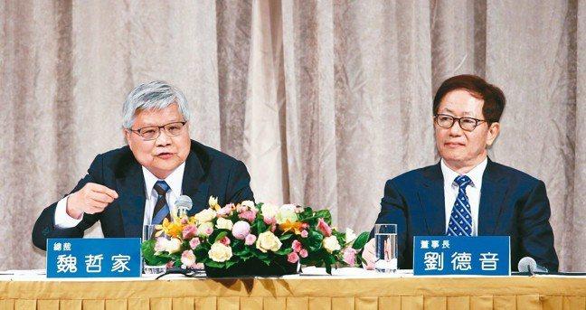 台積電昨天舉行法說會,在創辦人張忠謀交棒之後,首次由董事長劉德音(右)與總裁魏哲...