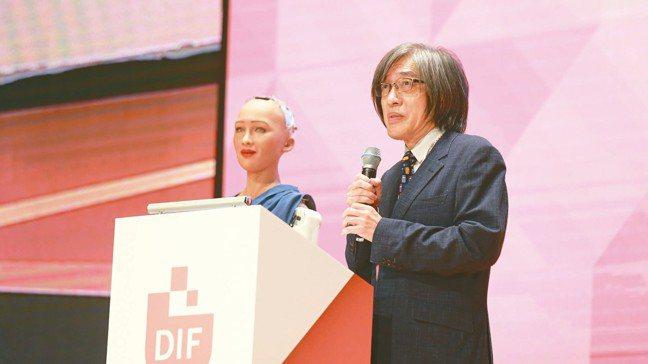 「數位創新工作小組」主席詹宏志(右)與全球首位機器公民Sophia共同登台,為2...
