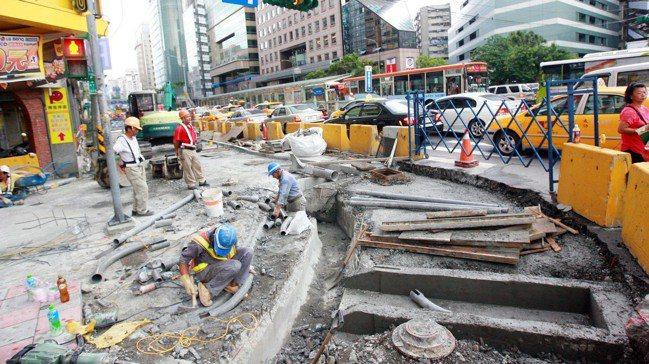 國發會通過明年政府公共建設預算,盼擴大內需、帶動投資。 報系資料照片