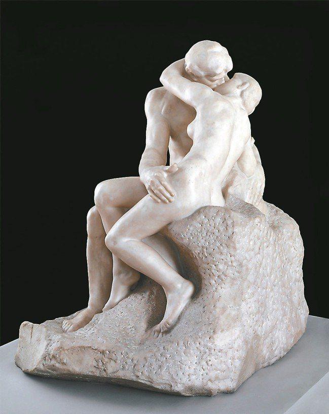 高雄市立美術館正舉辦「裸:泰德美術館典藏大展」,展品包括羅丹的「吻」。 圖/高美...