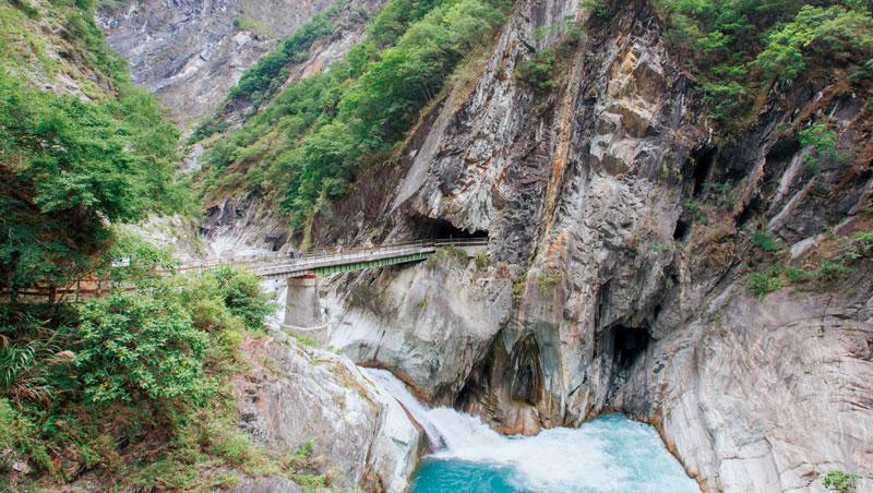 橫跨塔次基里溪的白楊橋,橋下激流與深潭,呈現白楊步道峽谷壯麗景觀。 攝影/陳鴻文