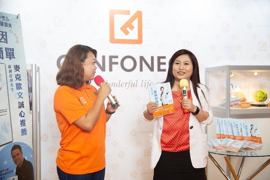 陳怡芳博士(右)親自面對民眾說明新書的內容與訴求,受到熱烈回應。 楊鎮州/攝影