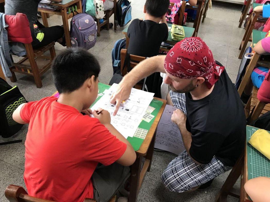 西門實小外籍教師於四年級說明CLIL自然領域定期紙筆評量指導語。 二官辦/提供