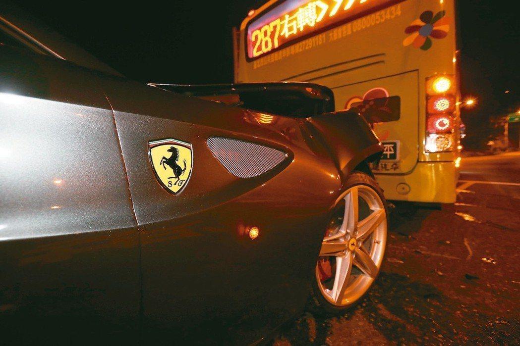每當超跑車禍,昂貴的修車費用令人咋舌,有保險公司推出3000萬元汽車超額責任險,以避免發生賠不起的狀況。圖為台北街頭法拉利超跑撞公車。 圖/聯合報系資料照片