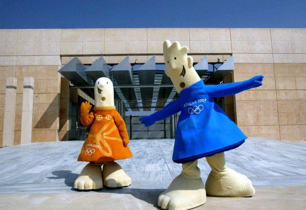 雅典奧運吉祥物雅典娜(左)和費沃斯(右)。 路透