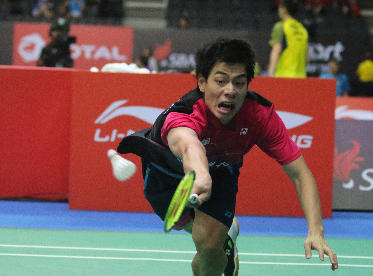 台灣男單選手許仁豪在新加坡羽球公開賽擊敗中國選手黃宇翔,晉級4強。 中央社