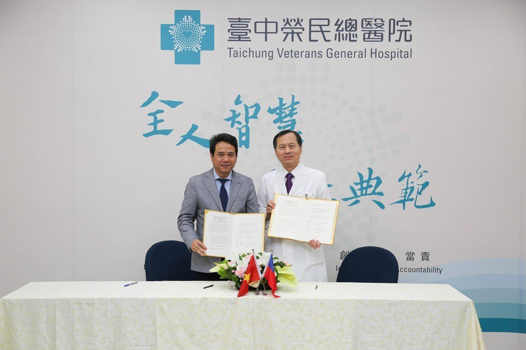 與越南河內藥學大學( HUP)簽署MOU 臺中榮總/提供。