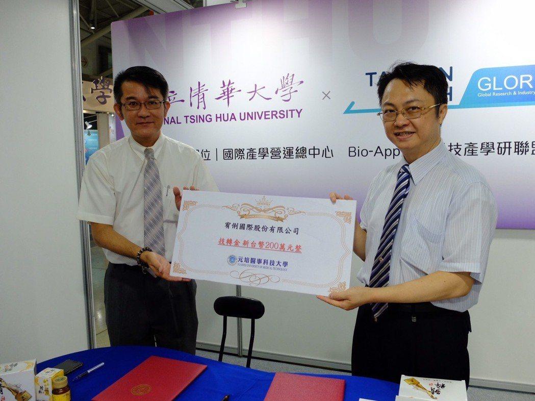 元培與釩鈦創新經理黃建富簽約。 林凱祥/攝影
