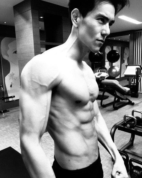 彭于晏堪稱男神界筋肉人代表,從《翻滾吧!阿信》當體操運動員開始,《激戰》中再升級,演藝圈提起猛男必少不了他。不過雖然影視作品中秀肌肉的他,現實生活中倒是搞怪自拍少露肉。而今(20)日他難得分享在健身...