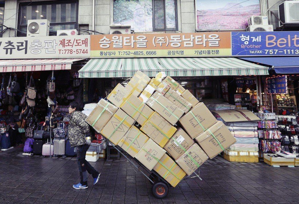 金東兗認為,今年南韓最低薪資持續以兩位數調升,會對今年部分年齡層和業別的僱用情況...