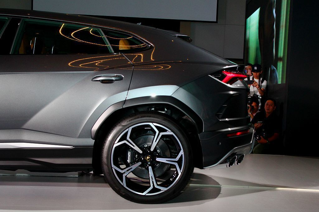 Lamborghini Urus沿用Aventador S的後輪轉向技術,依不同車速和駕駛模式提供後輪轉向角度正負3度的調整。 記者張振群/攝影