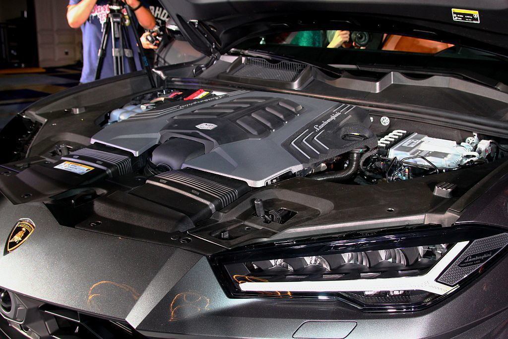 動力來自4.0升V8雙渦輪引擎,可爆發650 hp最大馬力及86.7kgm峰值扭...