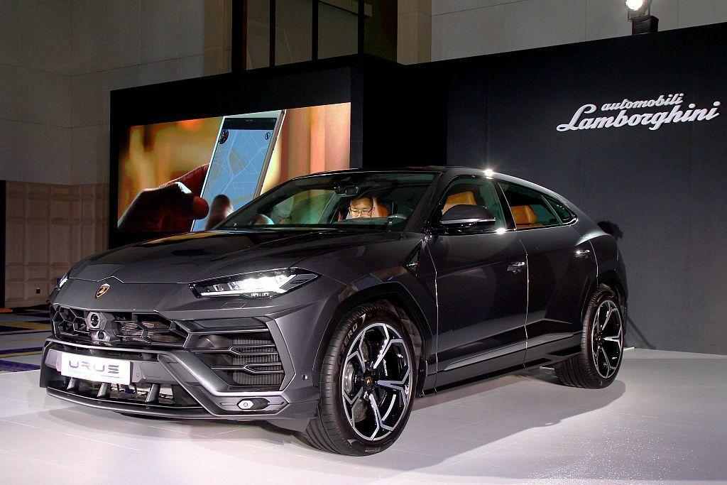 Lamborghini指標性的低扁車頭配以結實的前葉子板,強調Urus的空氣力學與性能實力,LED大燈則也延續品牌經典的Y字形設計。 記者張振群/攝影