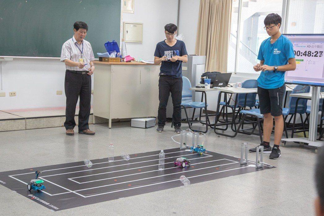 機器人排、避障礙接力賽考驗參賽者程式技術能力。 嘉藥/提供