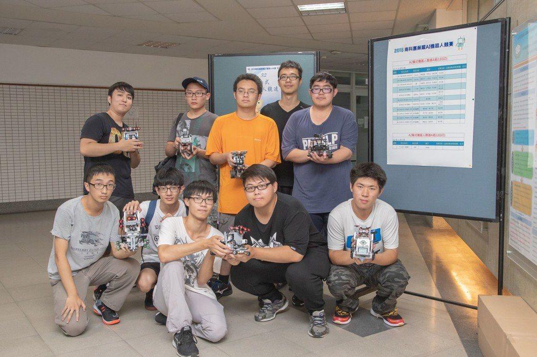 參賽同學開心拿著自己設計的機器人參加比賽。 嘉藥/提供