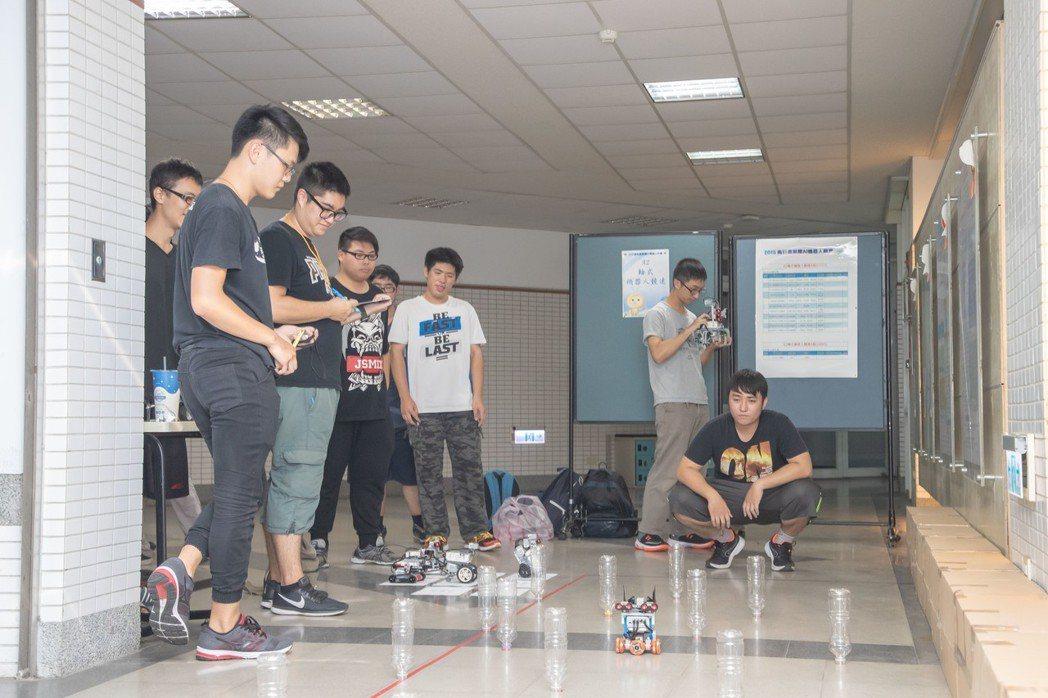 「輪式機器人競速」比賽現況。 嘉藥/提供