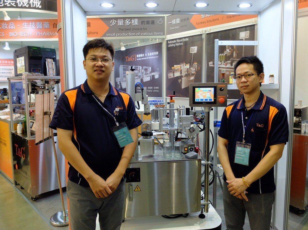 鈦準包裝機械總經理翁科豐(左)及副總經理李張鴻,介紹今年展出最新機型LA-305...