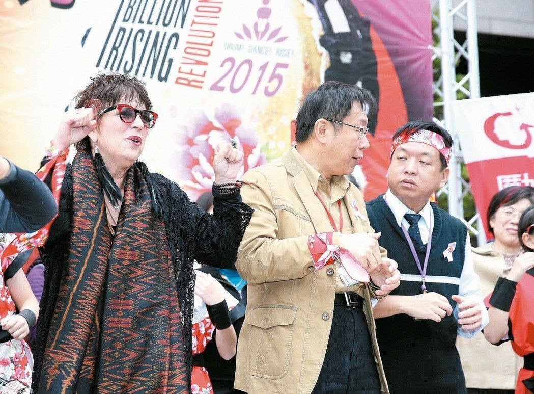 台北市長柯文哲(中)當年參加「十億人起義,擊鼓反暴力」活動,被邀請跳舞反暴力時,...