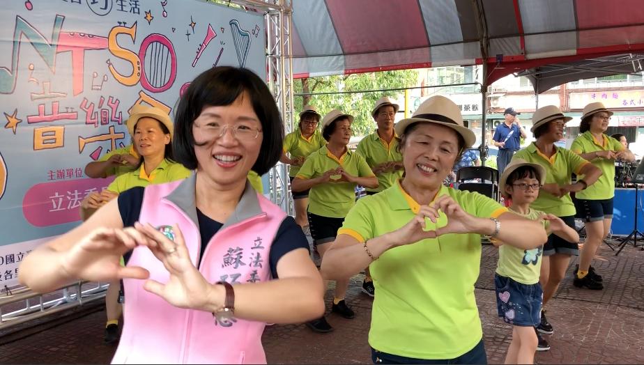 新北市立委蘇巧慧(左)雖沒有跳過與聽過這舞蹈,被邀請上台能立刻跟上節奏跳著經典動...