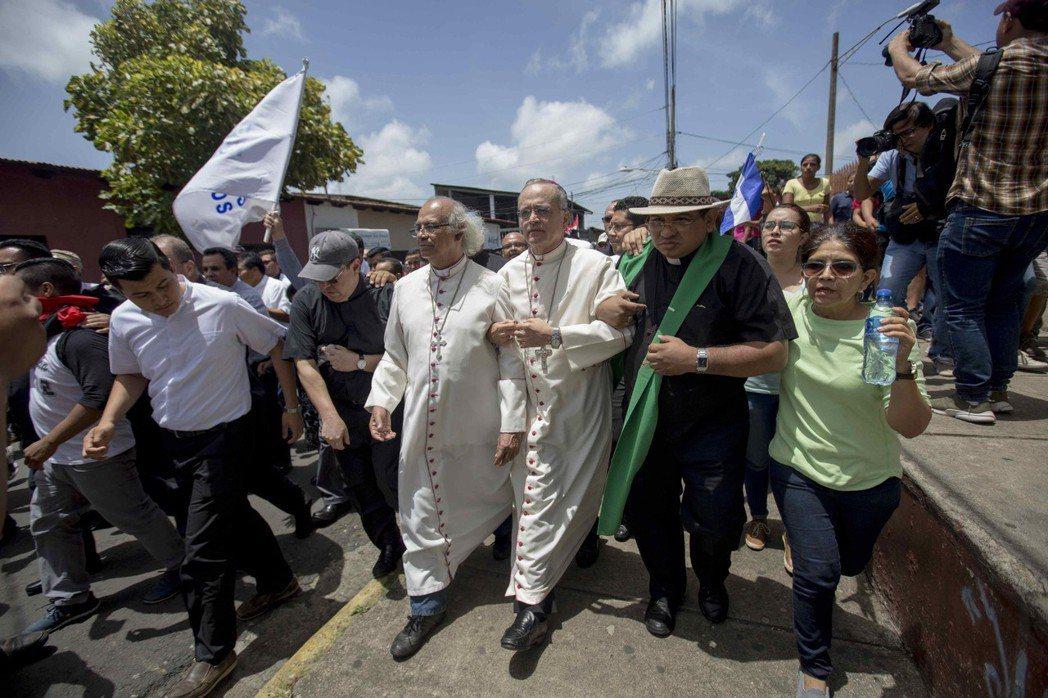 尼加拉瓜樞機主教布雷內斯(中左)和輔理主教巴茲(中右),9日抵達迪里安巴鎮反政府...