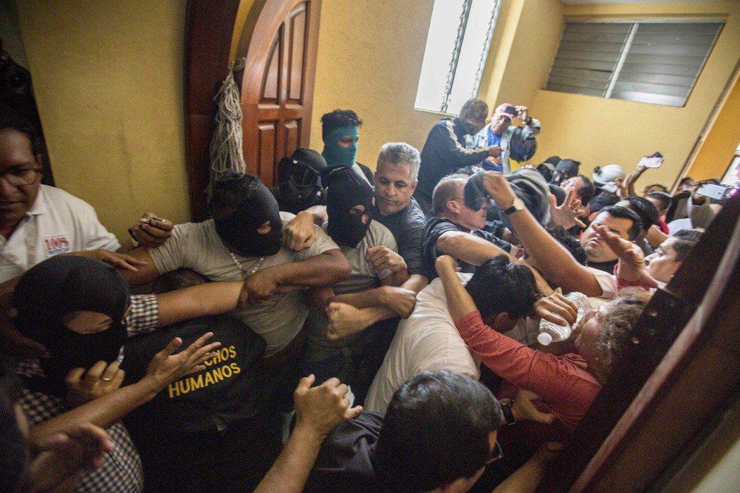 支持尼加拉瓜政府的武裝分子,9日攻擊迪里安巴鎮一座庇護反政府示威者的教堂。(歐新...