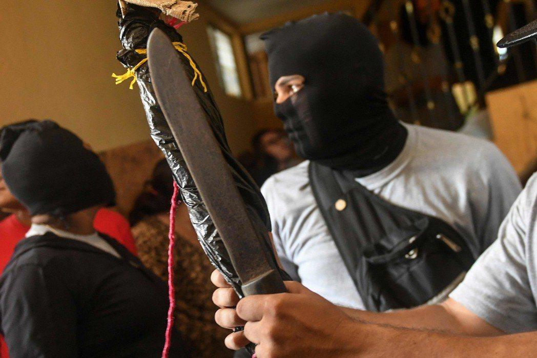 支持尼加拉瓜總統奧蒂嘉的蒙面暴徒9日持棍棒和手槍,闖入迪里安巴鎮一間供反政府示威...