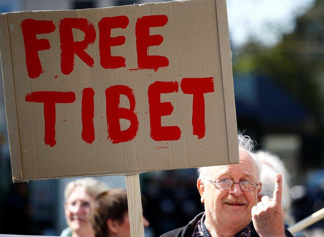 特里爾的新馬克斯雕像揭幕當天,抗議民眾舉牌「解放西藏!」 圖/路透社