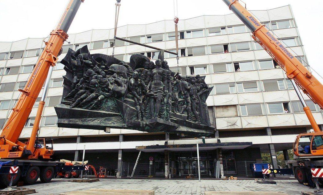 「浪費納稅人的錢!」2006年,萊比錫大學內的馬克思浮雕,連同所在大樓一起拆除;...