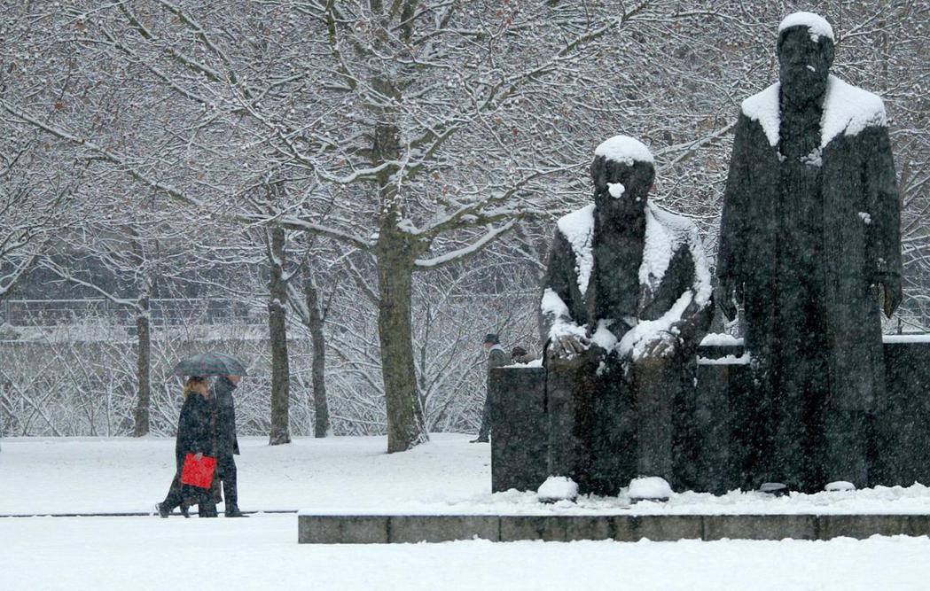 冷戰結束後,兩德統一了,讀馬克思的人估計又變少了。圖為東柏林的馬克思–恩格斯雕像...