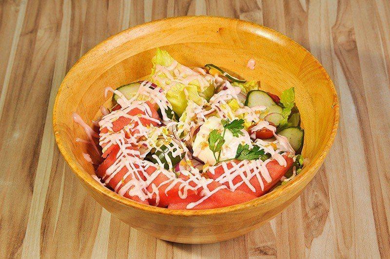 選用當季新鮮食材的經典木盆沙拉。