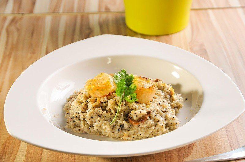 松露干貝燉飯用的是黑松露,還有生食等級的干貝。