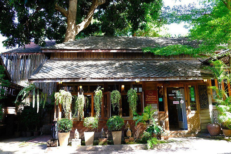 沐浴在泰北老建築與陽光間。